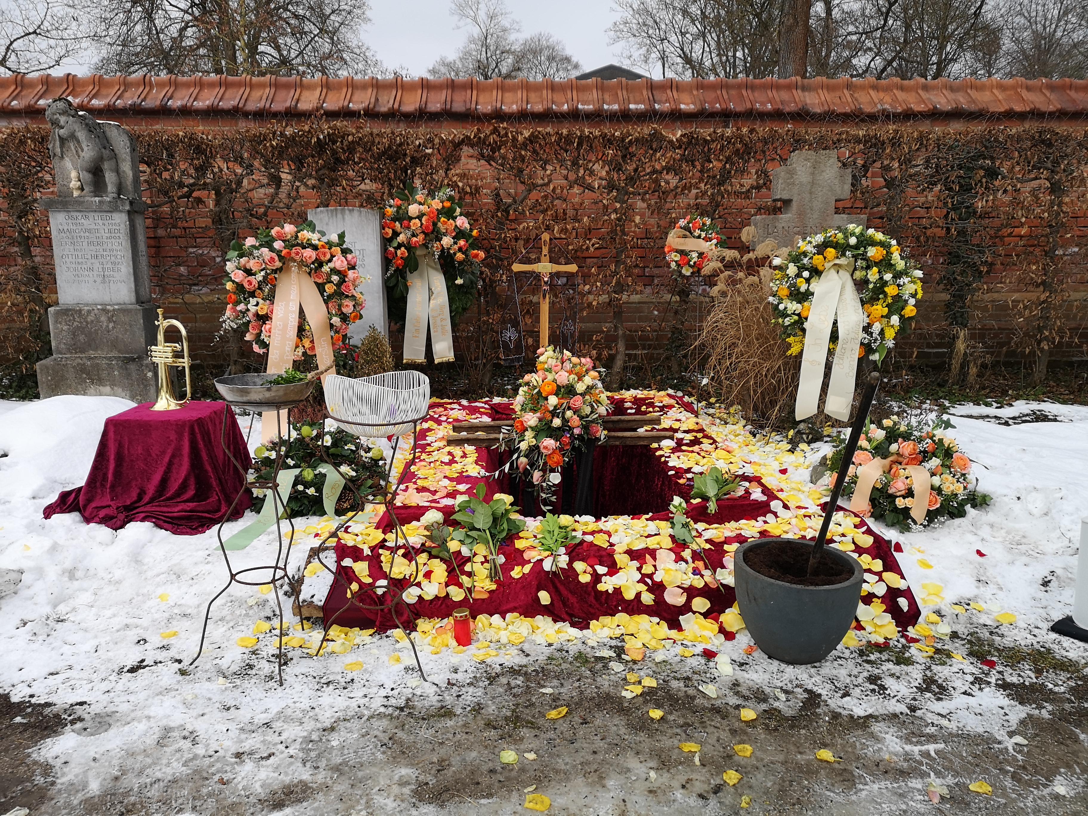 Blütenmeer auf einer Beerdigung