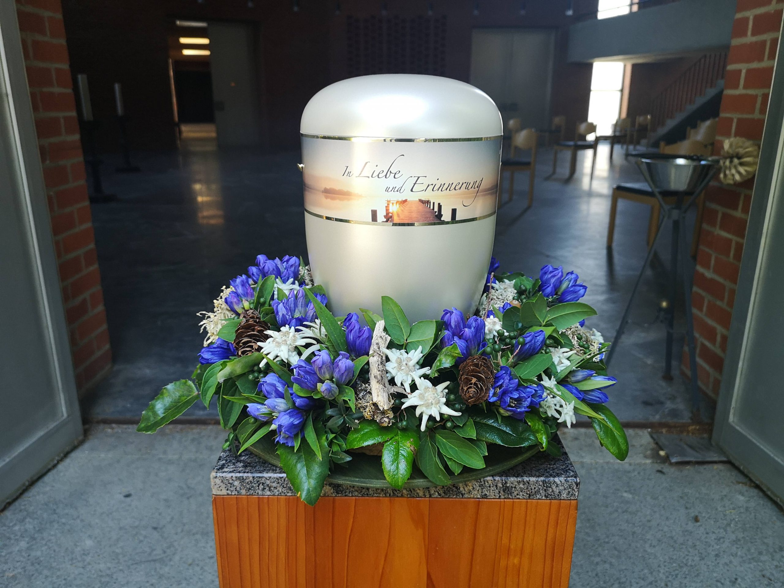 Urnenkranz mit Enzian und Edelweiß